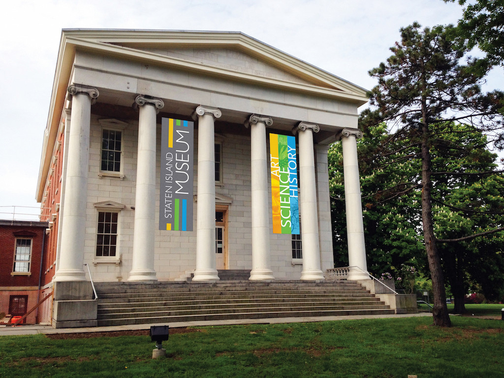 15_staten-island-museum-at-snug-harbor-with-banners-photo-by-henryk-j-behnke